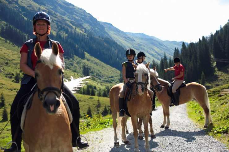 Ausritt in den Bergen, Reithotel Mateera, Gargellen, Montafon, Vorarlberg, Österreich