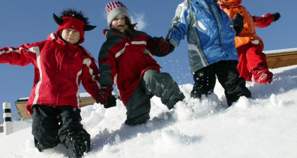 Winterurlaub in den Bergen, Vorarlberg, Österreich, Familienferien im Winter